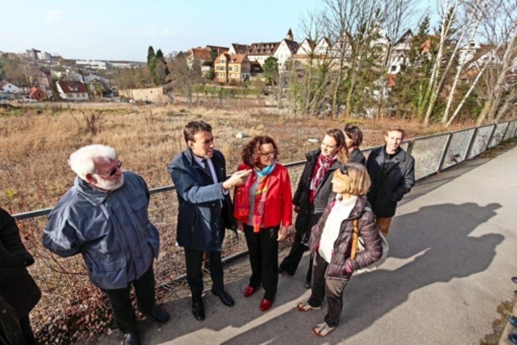 SPD-Minister Nils Schmid mit Angelika Klingel  und Christa Weiß (rechts) vor der Altstadt-Kulisse am Layher-Areal. Foto: factum/Granville