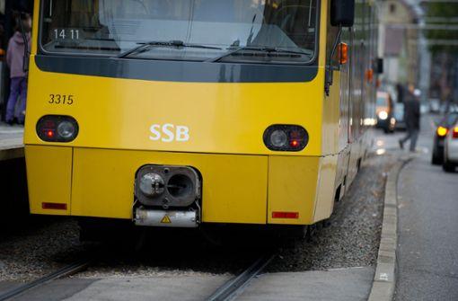 Stadtbahn schleift Senior mehrere Meter mit
