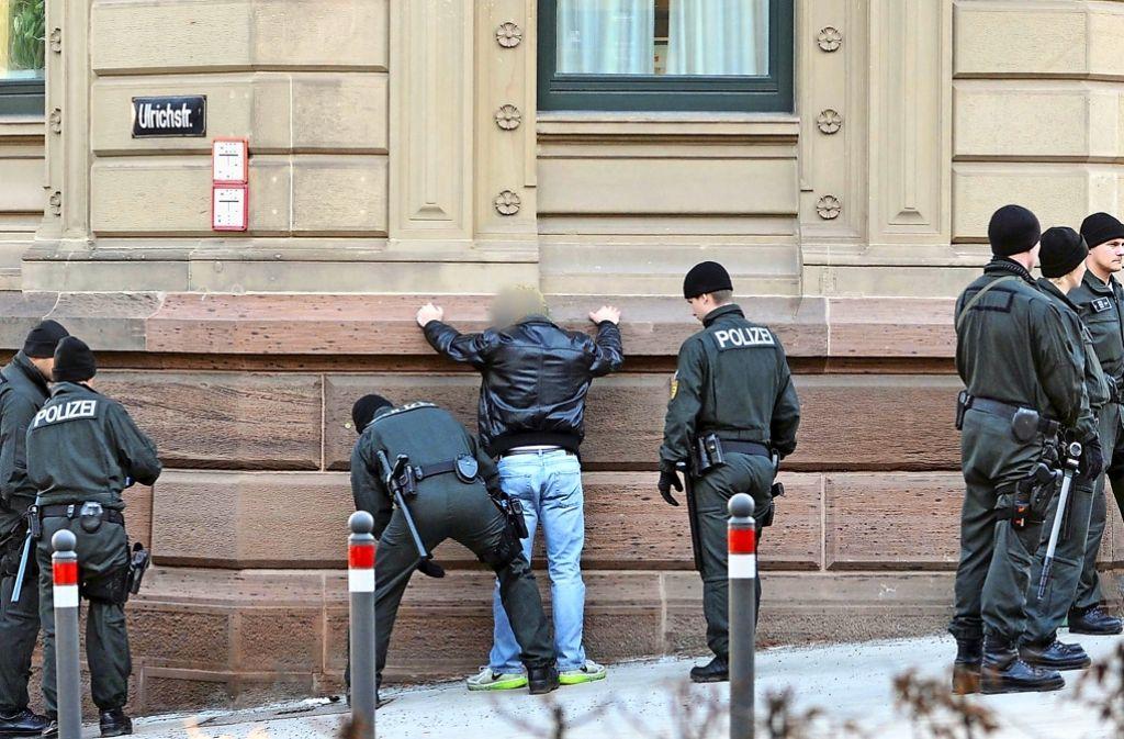 Scharfe Kontrollen beim Prozess wegen der tödlichen Messerattacke in Esslingen Foto: dpa