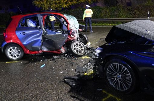 Hintergründe nach schwerem Unfall weiter unklar – Polizei überführt Gaffer
