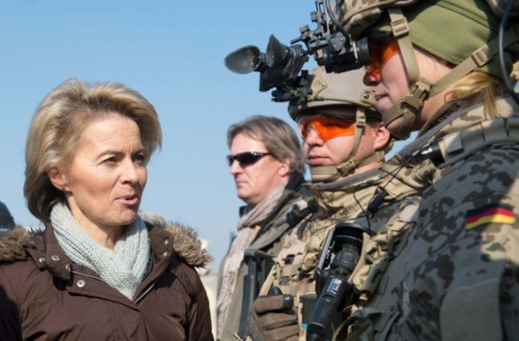 Verteidigungsministerin Ursula von der Leyen (CDU) tut der Truppe etwas Gutes: Viele Soldaten werden künftig finanziell besser gestellt. Foto: dpa