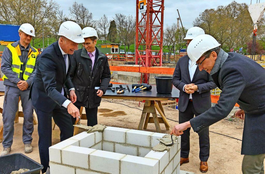 Spaß am Bauen:  GWG-Chef Andreas Engelhardt (links) und Michael Föll Foto: Jürgen Brand