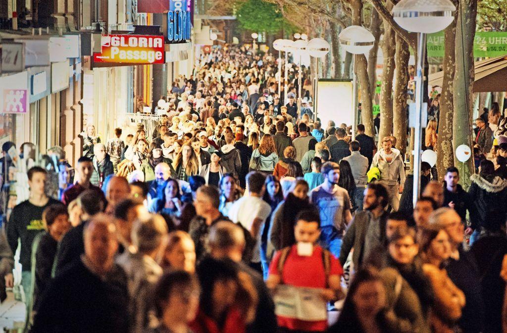 An langen Einkaufsnächten drängen sich die Menschen in der Königstraße – auch sonst wird's in der Landeshauptstadt enger. Foto: Lichtgut - Oliver Willikonsky