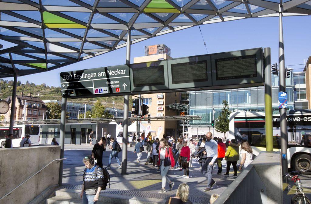Am Bahnhofplatz und am Zentralen Omnibusbahnhof in Esslingen steht freies WLAN zur Verfügung. Foto: Horst Rudel/Archiv