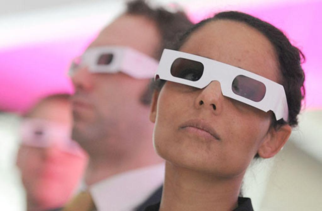 In Neu-Ulm hat ein Optiker aus Versehen 3D- statt der speziellen Sonnenfinsternis-Brillen verkauft. Die 3d-Brillen bieten keinen ausreichenden Schutz für die Augen. (Symbolfoto) Foto: dpa