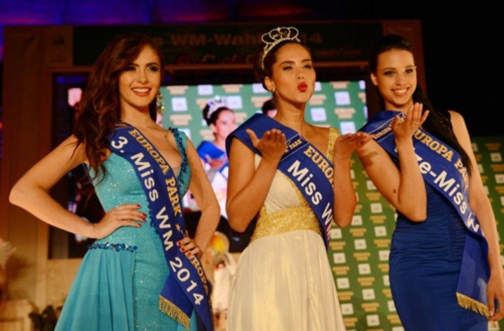 Die Miss WM umringt von Platz zwei und drei: Laritza Libeth Parraga Arteaga aus Ecuador (links), Daniela Ocoro Mejia aus Kolumbien und Felicia Kitchings aus den USA (rechts) Foto: dpa