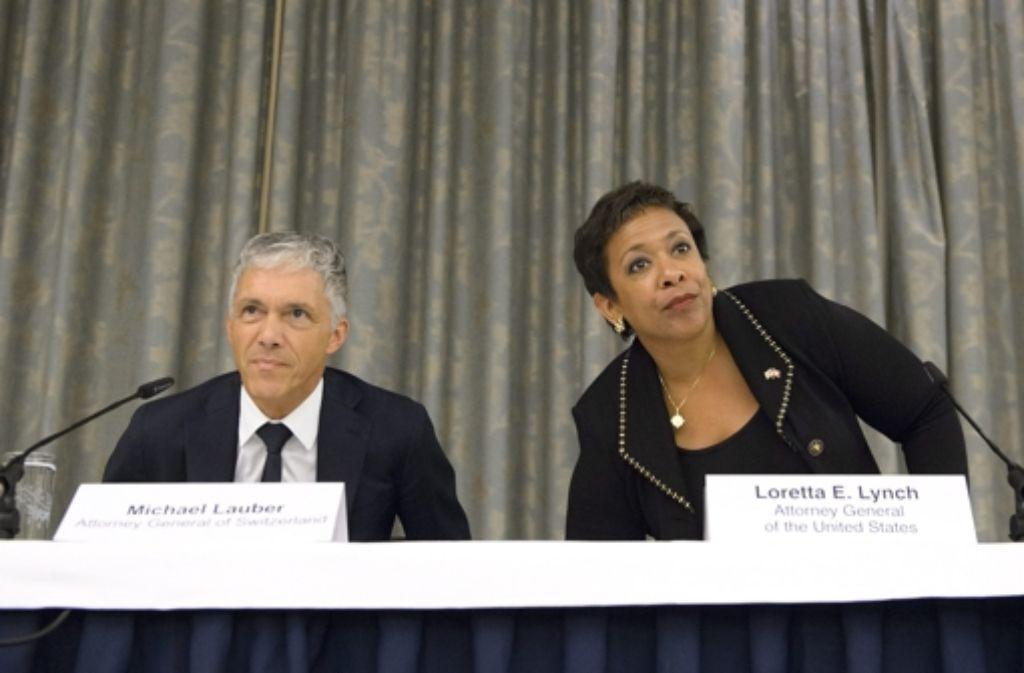 Der Schweizer Justizminister Michael Lauber (links) und die amerikanische Justizministerin  Loretta Lynch (rechts) bei einer Pressekonferenz zu den Fifa-Ermittlungen am Montag Foto: AP