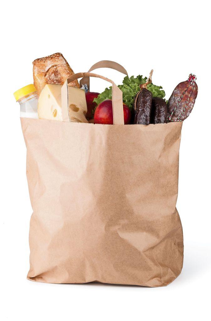 Die Papiertüte: Auch Papiertüten sind Einwegtaschen – genau wie normale Plastiktaschen aus Polyethylen. Ihre Ökobilanz ist Umweltexperten zufolge nicht besser. Damit die Tüten stabil sind, müssen sie aus besonders langen, reißfesten Zellstofffasern sein. Und um die herzustellen benötigt man viel Wasser, Energie und Chemikalien. Damit eine Papiertüte genauso reißfest ist, braucht es außerdem doppelt so viel Material wie für eine Plastiktüte. Das bedeutet: Drei bis viermal müsste man eine Papiertüte verwenden, damit sie besser abschneidet als eine Plastiktüte. Die Bilanz lässt sich laut Deutscher Umwelthilfe  verbessern, indem Tüten aus Recyclingmaterial verwendet werden. Das ist aber nicht unbedingt der Fall.  Foto: Gresei / Adobe Stock
