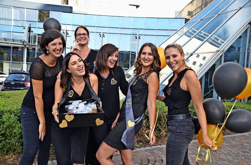 Die feiern mit ihrer Freundin Edyta Polaczyk (2. v. li.) deren Abschied vom Junggesellinnen-Dasein. Foto: Fatma Tetik