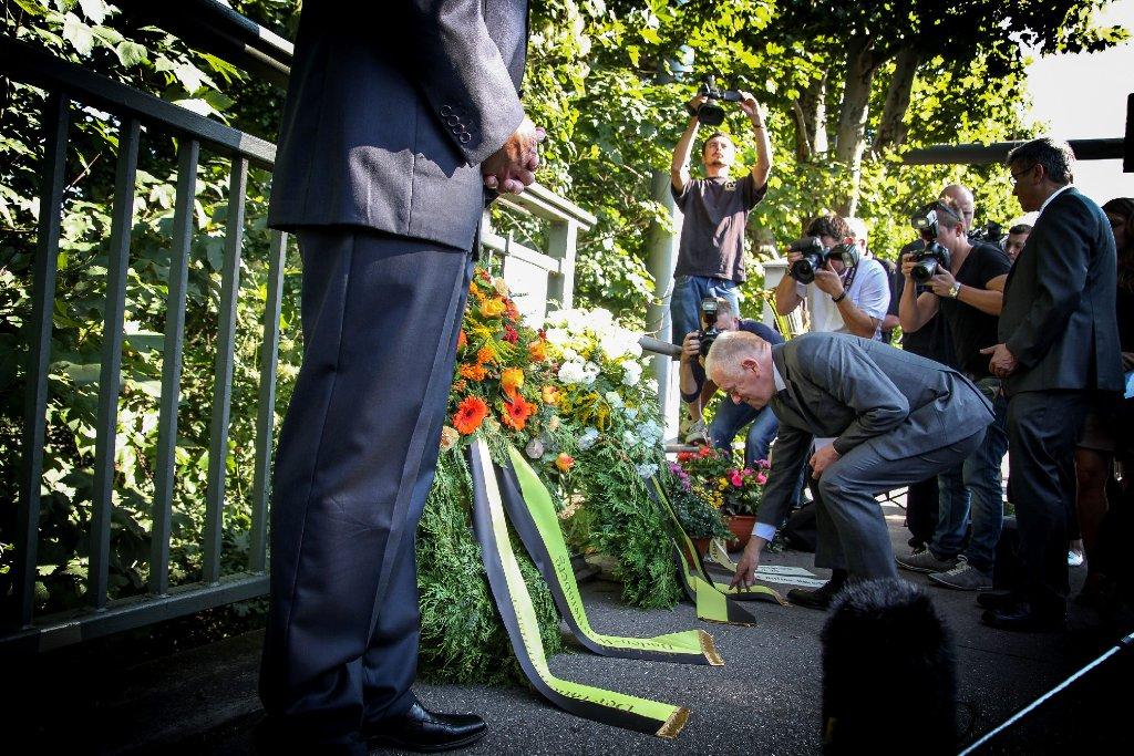 An der Gaisburger Brücke legt Stuttgarts Oberbürgermeister Fritz Kuhn (Grüne) einen Kranz für die Getöteten nieder. Foto: www.7aktuell.de   Robert Dyhringer