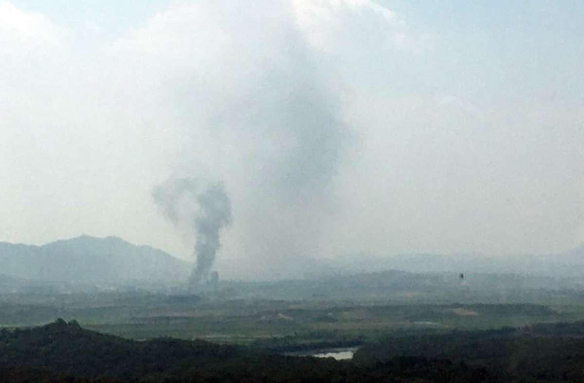 In der nordkoreanischen Stadt Kaesong steigt Rauch auf, nachdem dort angeblich das Verbindungsbüro Südkoreas gesprengt wurde. Foto: dpa
