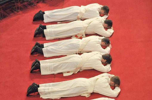 Nur teilweise von Priestern  ausgebildet: Theologen   bei der Priesterweihe Foto: dpa