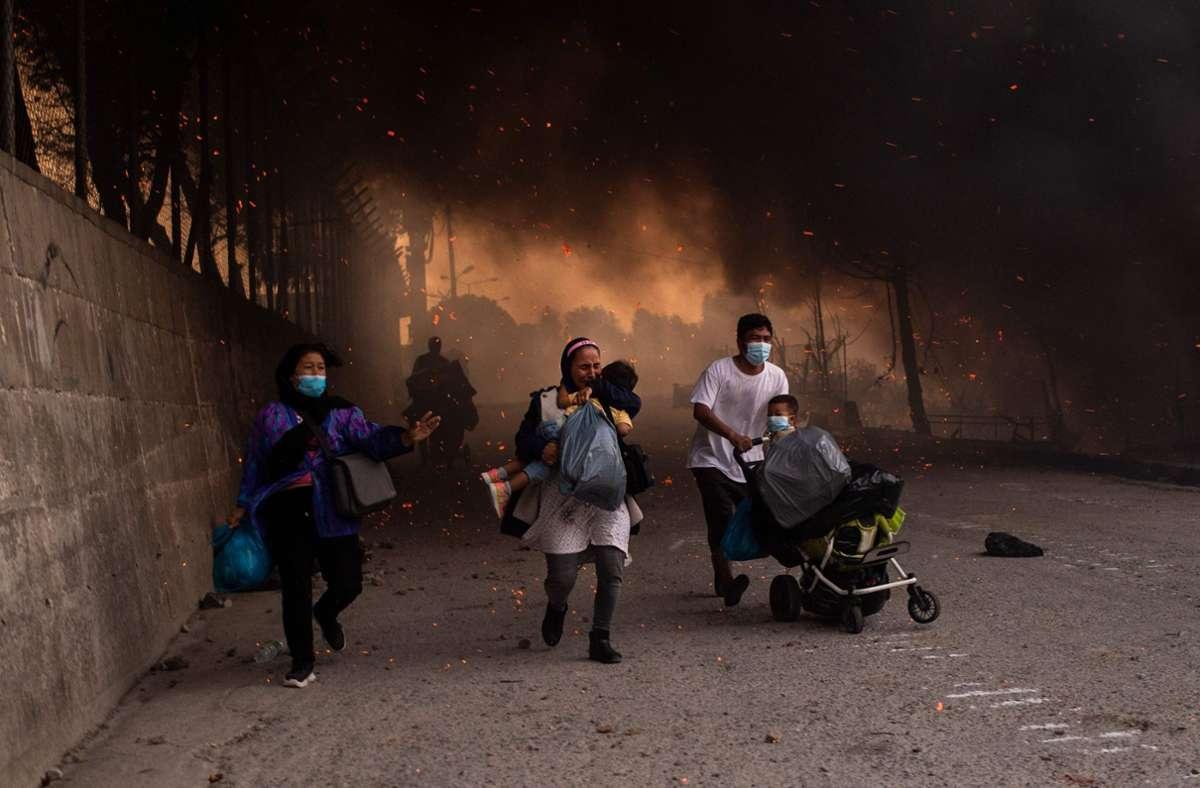 Flüchtlinge im brennenden Moria – Bilder wie diese soll es nicht mehr geben. Foto: AFP
