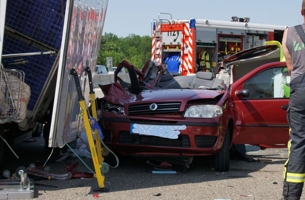 Eine 42-Jährige hat den  schweren Unfall auf der A81 nicht überlebt. Foto: SDMG