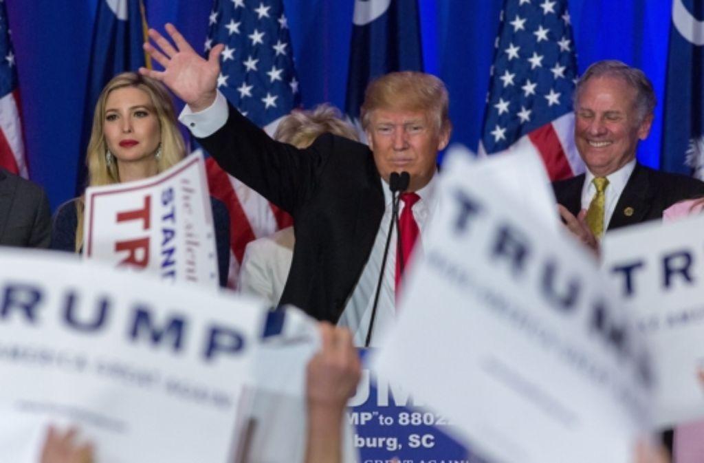 Donald Trump triumphiert für die Republikaner bei den Vorwahlen in South Carolina. Kandidat Jeb Bush gibt nach seiner Niederlage in dem US-Staat die Ambitionen auf das Amt als Präsidentschaftskandidat auf. Foto: EPA