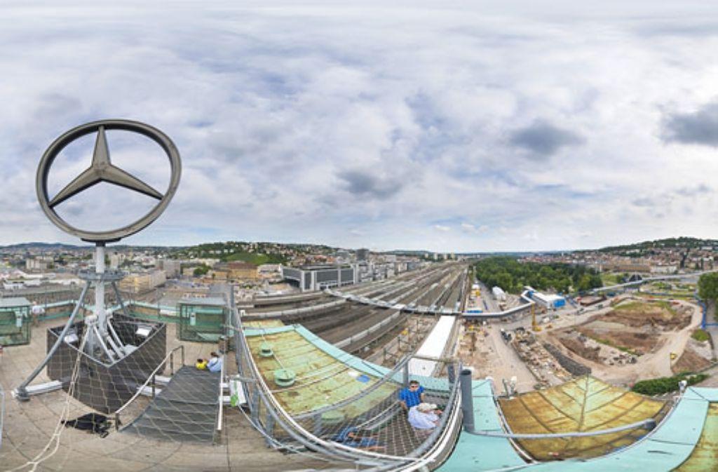 Direkt neben dem alten Kopfbahnhof wird die gewaltige Baugrube für den Tiefbahnhof von Stuttgart 21 ausgehoben. Foto: 7aktuell.de/Eyb
