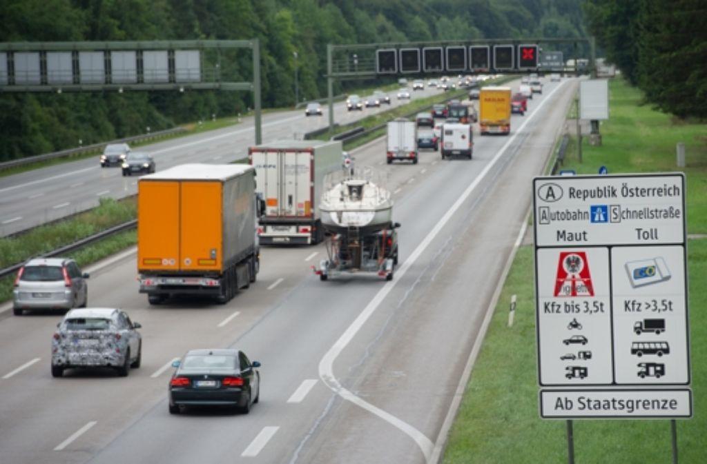 Vielleicht doch Vorbild für Deutschland? Das Mautmodell auf Österreichs Straßen – hier ein Hinweis an der A 8 bei Holzkirchen (Bayern) wird auch von der EU-Kommission gelobt. Foto: dpa