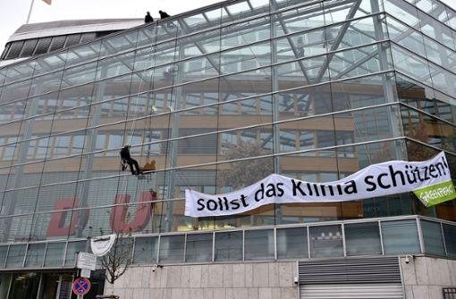 """Umweltschützer entfernen das """"C"""" an der CDU-Zentrale"""