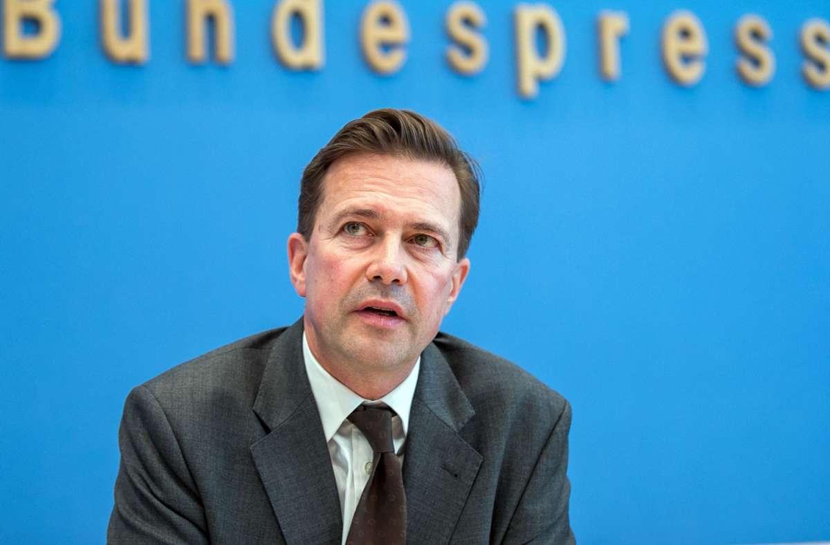 """Steffen Seibert und die Bundesregierung lehnen den Begriff """"Stammbaumforschung"""" ab. Foto: dpa/Jens Büttner"""
