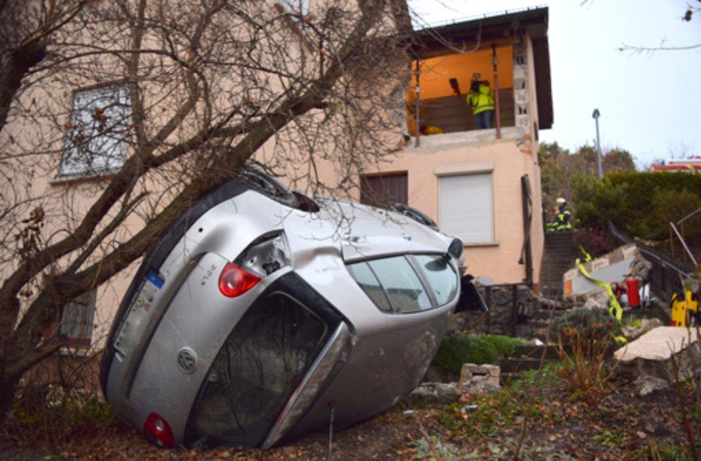 Polizei und Feuerwehr rückten am Mittwoch zu einem nicht alltäglichen Unfall nach Göppingen aus. Foto: Heino Schütte