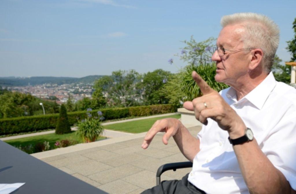 Hier sparen oder dort? In der Villa Clay spricht Ministerpräsident Kretschmann das Thema Beamtenpensionen an. Foto: dpa