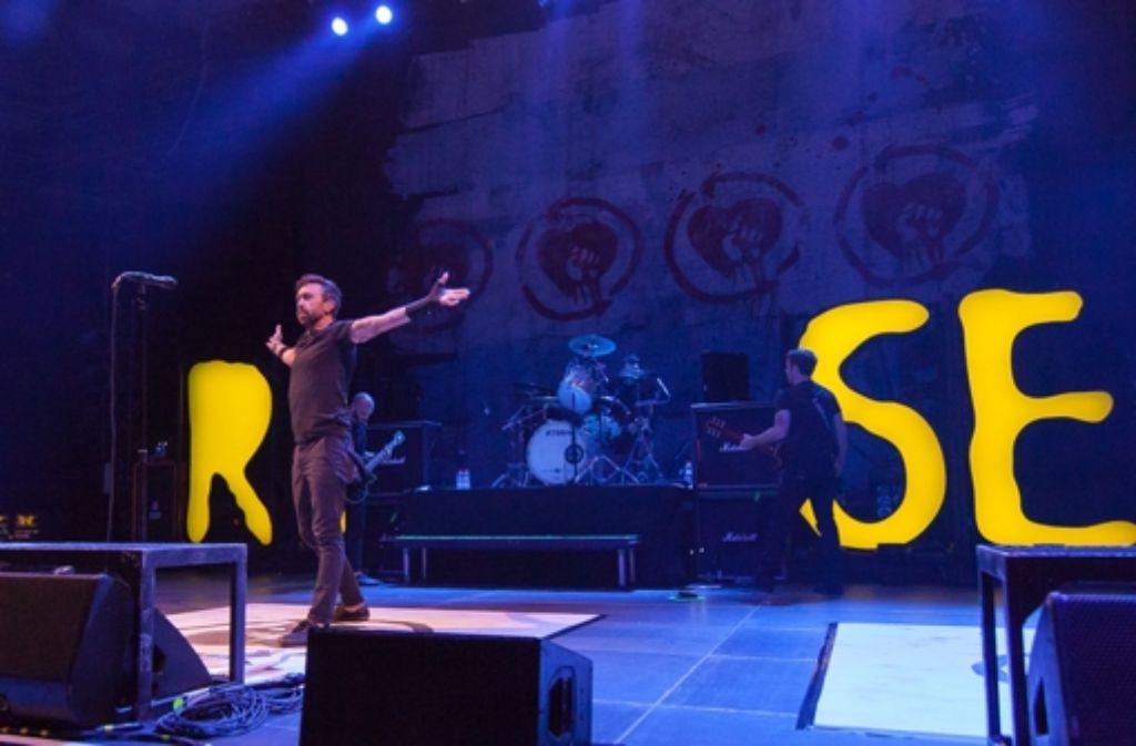 Rise Against haben am Montagabend in der Stuttgarter Schleyerhalle gespielt. Weitere schöne Bilder von dem Auftritt sowie von der Supportband Refused gibt es in der folgenden Fotostrecke. Foto: Martin Olbrich / buehnengraben.de
