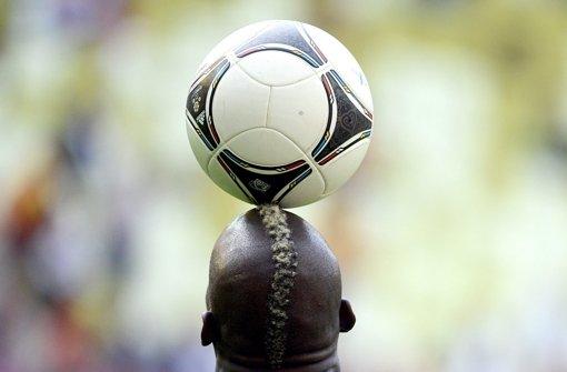 Mario Balotelli kann den Ball jonglieren, Geschenke einpacken kann er nicht. Foto: dpa