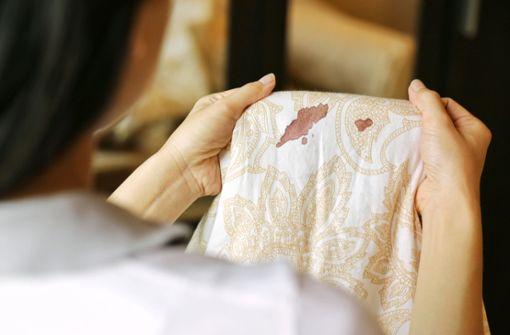 Blutfleck entfernen mit Hausmitteln: So gehts!