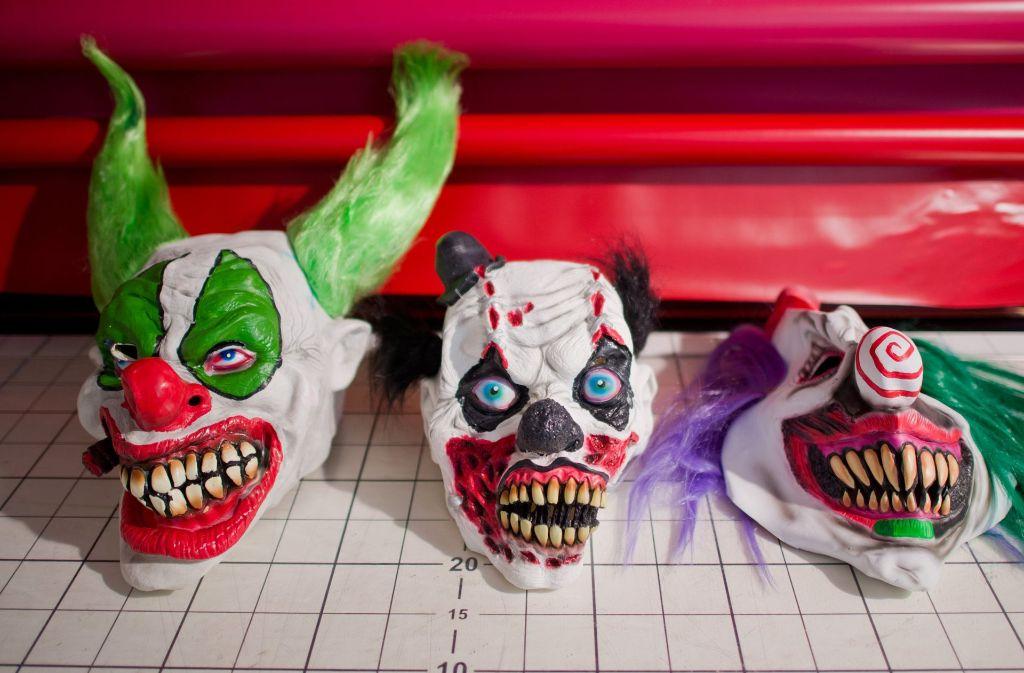 Mit gruseligen Masken hatten sich zwei der drei Frauen verkleidet. Die dritte filmte die Tat. (Symbolfoto) Foto: dpa