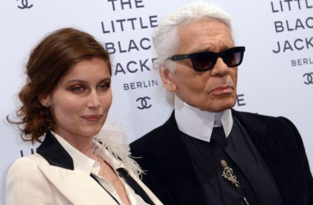 Designer Karl Lagerfeld und Model und Schauspielerin Laetitia Casta kommen am Dienstagabend in Berlin zur Eröffnung der Ausstellung The Little Black Jacket. Foto: dpa