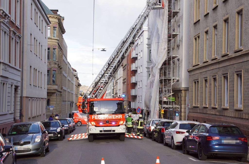 Der Sturm hat eine Plane von einem Baugerüst in der Augustenstrasse gerissen. Die Feuerwehr sicherte das Gerüst. Foto: 7aktuell.de/Andreas Werner