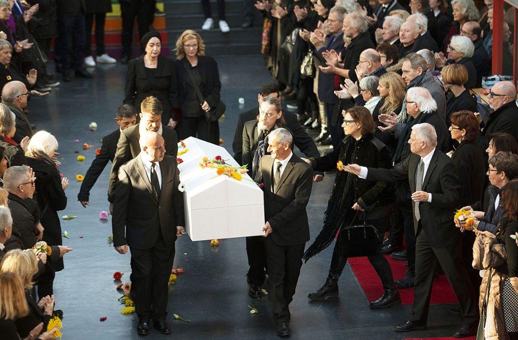 Im Foyer des Theaterhauses bilden die Trauergäste ein Spalier für Wolfgang Dauner und werfen Blumen auf seinen Sarg. Im Foyer des Theaterhauses bilden die Trauergäste ein Spalier für Wolfgang Dauner und werfen Blumen auf seinen Sarg. Foto: Lichtgut/Piechowski/Leif Piechowski