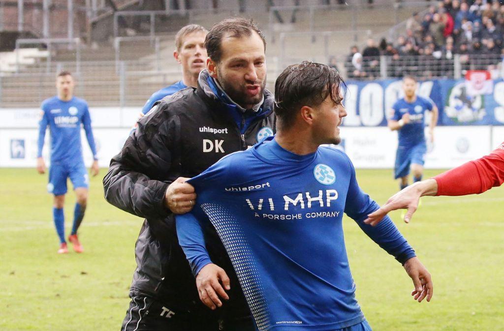 Trainer Tobias Flitsch nimmt sich Ndriqim Halili im emotionalen Derby gegen den SSV Reutlingen zur Brust. Ob der Offensivmann bei den Kickers bleibt, ist offen. Foto: Baumann