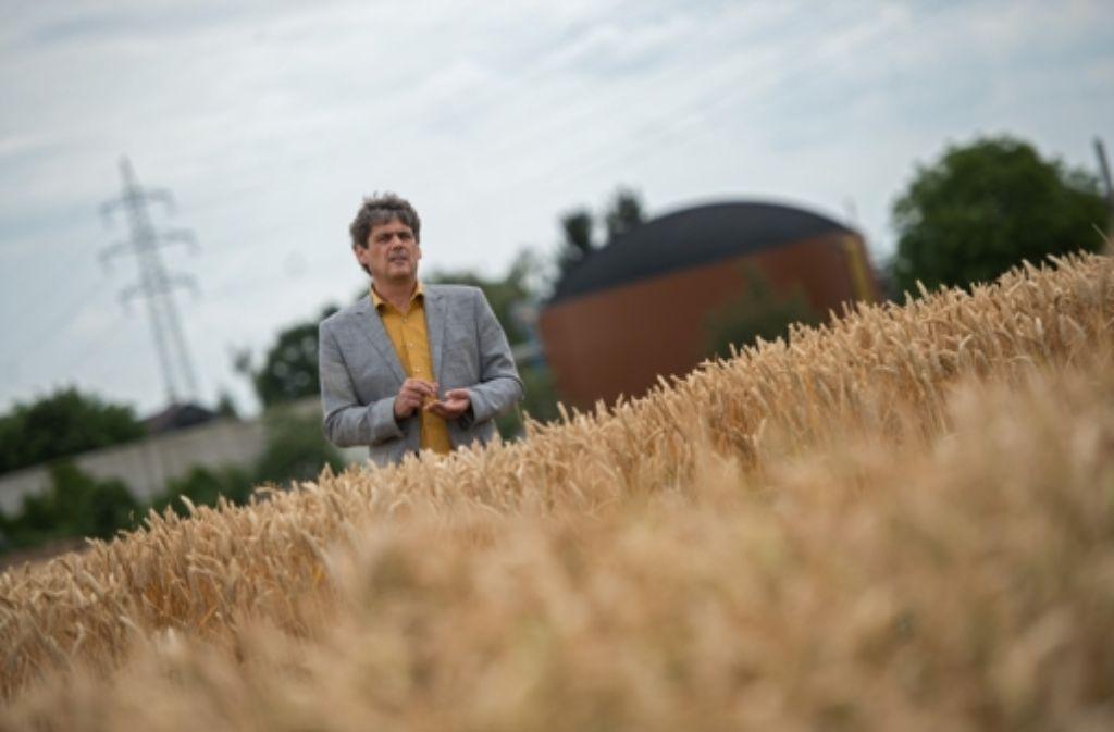 Ulrich Ramsaier –  hier vor der Biogasanlage – kritisiert die  EEG-Reform. Die Investition in ein Modul zur Abgasnachverstromung rechne sich deshalb nicht. Foto: dpa
