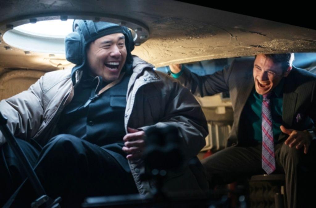 Mit einer Panzerfahrt wickelt Kim (Randall Park, l.) einen der Journalisten (James Franco) gründlich ein. Foto: Sony