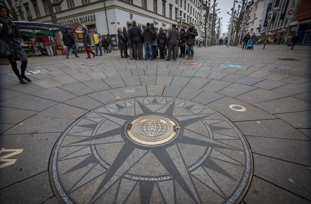 Auf der Königstraße erinnert dieses Mosaik an die zehn Stuttgarter Städtepartnerschaften. Foto: Lichtgut/Julian Rettig