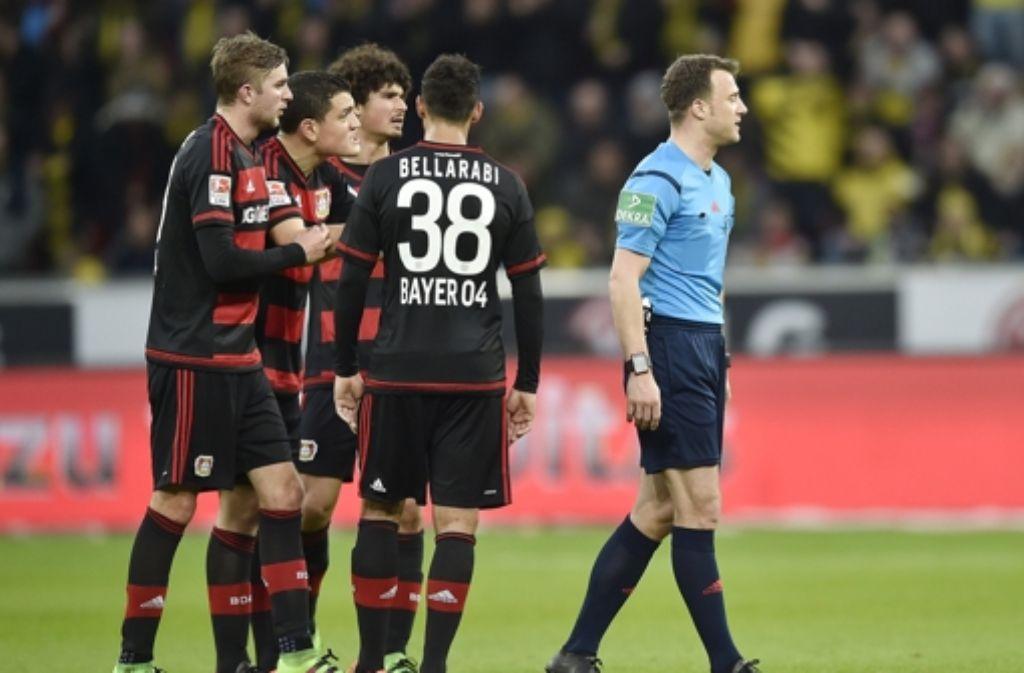 Schiedsrichter Felix Zwayer verließ während der Partie Leverkusen – Dortmund das Spielfeld – schuld war der Leverkusener Trainer. Foto: AP