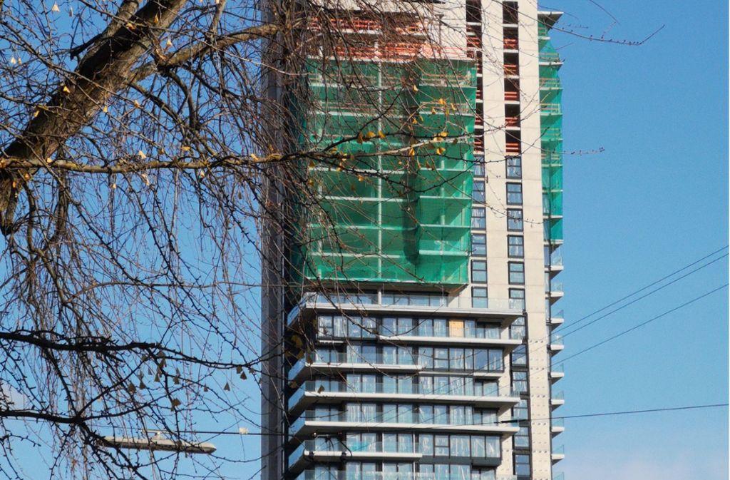Grüne Fangnetze zeigen an, wo der Wohnturm in Fellbach bald weitergebaut wird. Foto: Patricia Sigerist (Archiv)