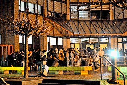 Ein früher Morgen im Januar: Flüchtlinge in Karlsruhe warten auf ihre Registrierung Foto: Jehle
