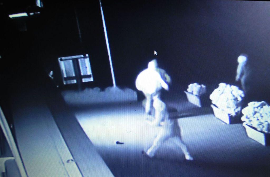 Die Täter auf einem Video bei dem Anschlag: Die Hinweise für eine Verurteilung des Angeklagten reichten nicht aus. Foto: StN