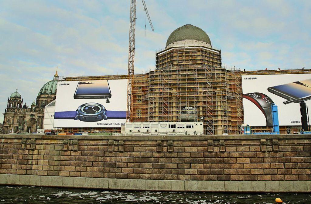 Im Sommer  soll die Fassade des Stadtschlosses zu sehen sein. Foto: dpa