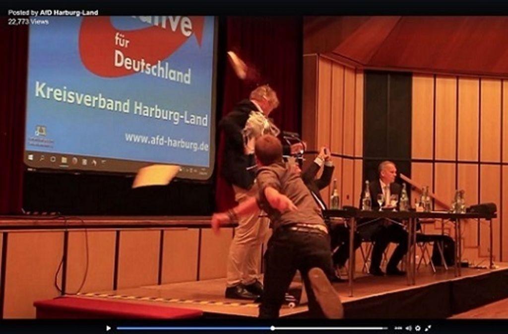 Mit einer tiefgefrorenen Torte hat ein 17-Jähriger den AfD-Bundeschef Jörg Meuthen bei einer Versammlung seiner Partei im niedersächsischen Landkreis Harburg beworfen. Screenshot: Facebook/@AfD Harburg-Land