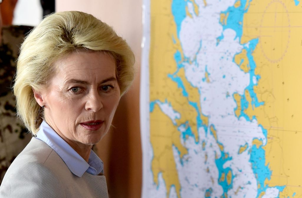 Deutsche Marineschiffe planen zwar noch mit analogen Seekarten ihre Routen. Doch Ministerin Ursula von der Leyen hat die digitale Welt des Cyber-Raums als Einsatzgebiet der Truppe im Auge. Foto: AFP-Pool