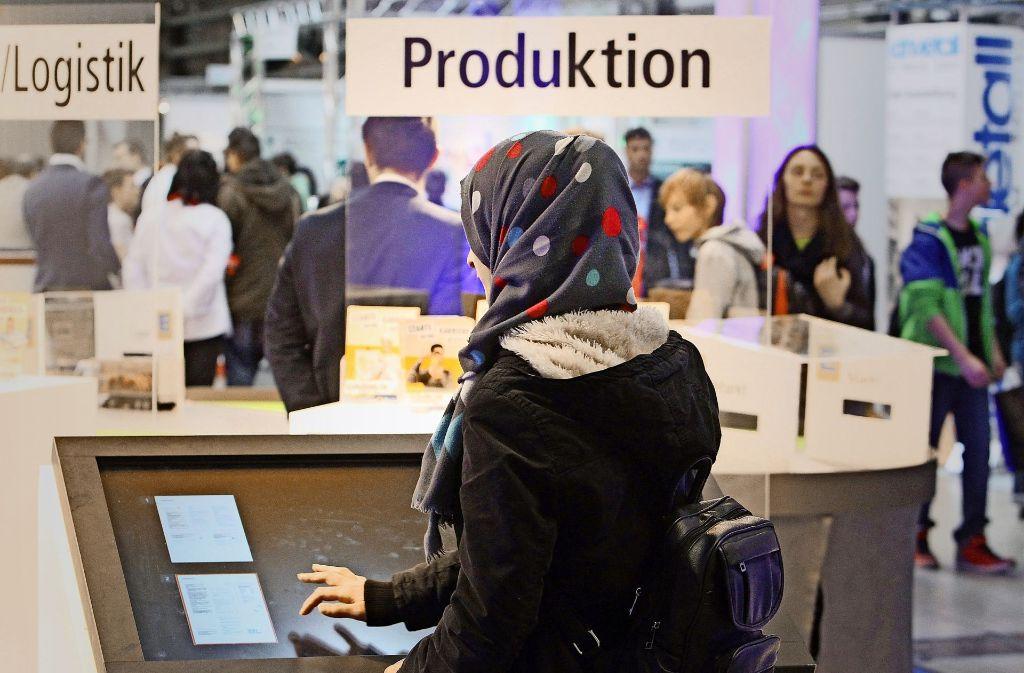 Eine Frau mit Kopftuch beim Besuch einer Bildungs- und Jobmesse in Halle Foto: dpa