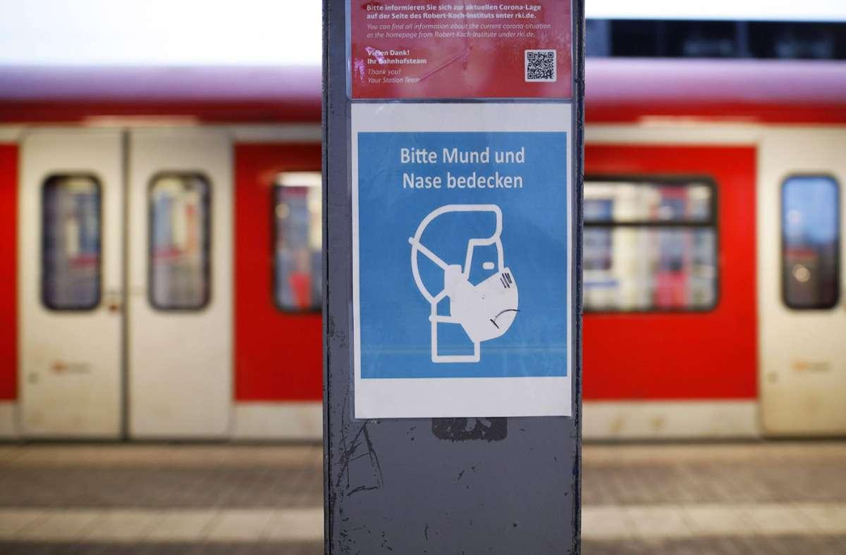 An Haltestellen im Freien entfällt vom 28. Juni  an die Maskenpflicht. Foto: imago images/Future Image/Christoph Hardt via www.imago-images.de