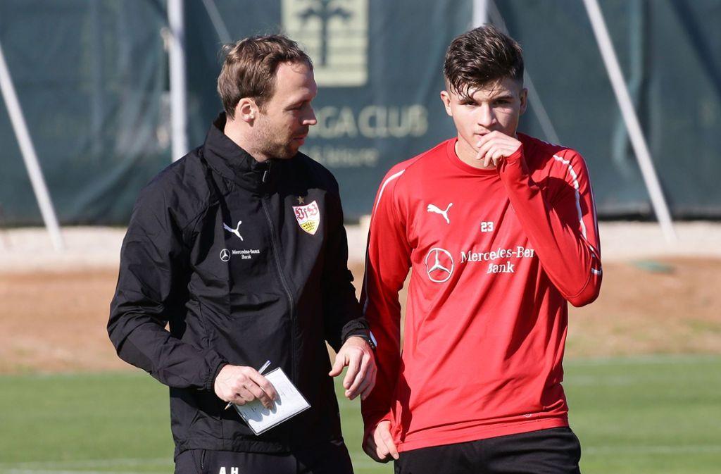 Soll den VfB Stuttgart II vor dem Abstieg retten: Trainer Andreas Hinkel (li.), neben Nachwuchstalent Antonis Aidonis. Foto: Baumann