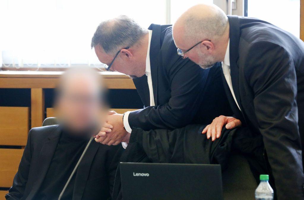 Der Angeklagte bespricht sich im Gerichtssaal mit seinen Anwälten. Foto: dpa