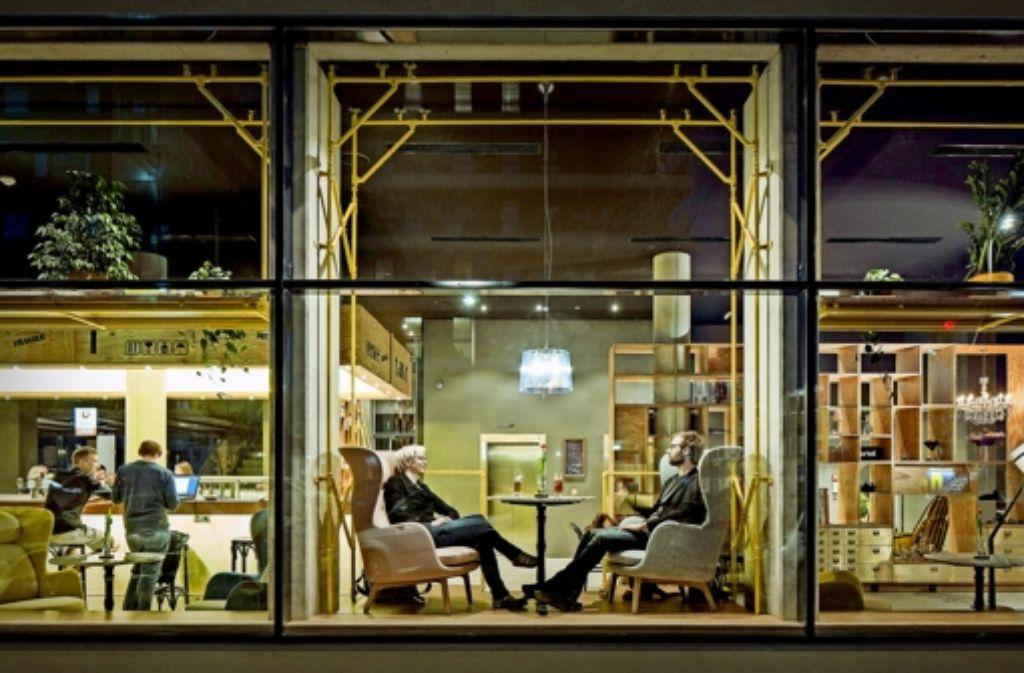 Das mit dem Fraunhofer-Institut entwickelte Konzept des Wiener Hotels Schani geht auf:  Gerne nutzen die Gäste den multifunktionalen Bereich der Eingangsebene. Foto: Kurt Hoerbst