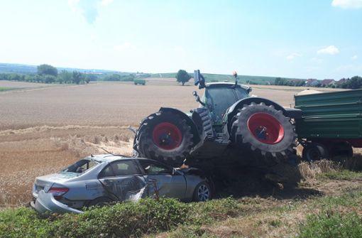 77-Jährige kommt beim Überholen unter Traktor-Räder