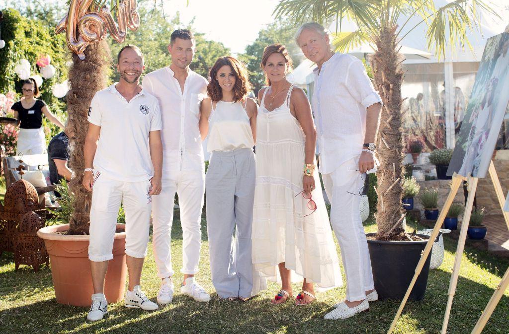 DJ Bobo (links) war auch Gast bei der Hochzeit von Andreas Ferber und Vanessa Mai (2. von links und Mitte). Andrea Berg (2. von rechts) organisierte die Party. Rechts: Uli Ferber. Foto: Sandra Ludewig